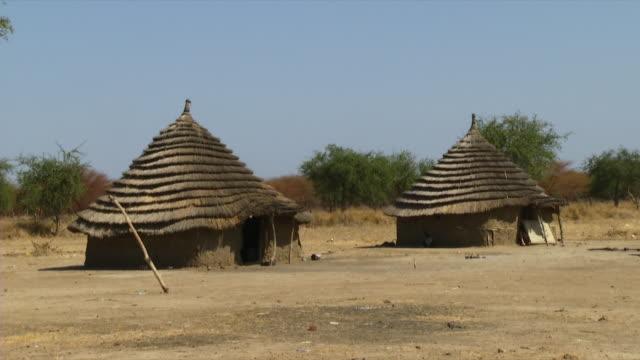 vídeos de stock, filmes e b-roll de ws view of rural huts in refugee camp / juba, central equatoria, sudan  - sudão
