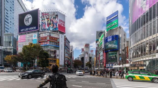 vídeos y material grabado en eventos de stock de t/l ws view of rush hour traffic and modern buildings in shibuya at night. - distrito de shibuya