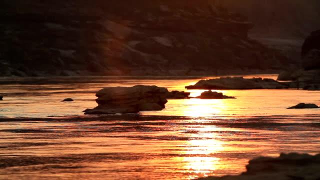 weergave van haasten water stroomt de rivier op zonlicht