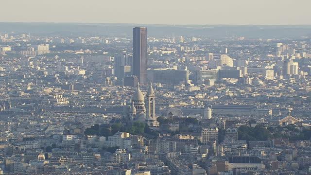 vídeos y material grabado en eventos de stock de ws aerial zi view of sacre coeur with tour montparnasse behind / paris, france - basílica del sagrado corazón de montmartre