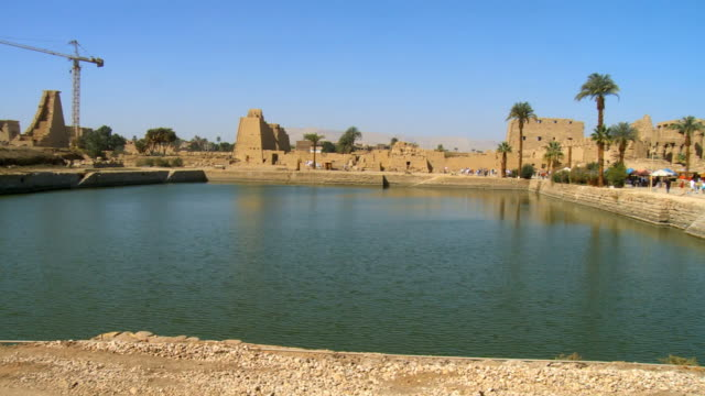 ws pan view of sacred lake at temple of karnak / luxor, egypt - temples of karnak stock videos and b-roll footage