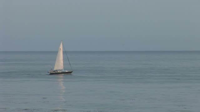 vídeos y material grabado en eventos de stock de view of sailboat cruising in santa barbara channel united states - pasear en coche sin destino