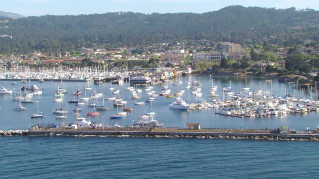 vídeos de stock e filmes b-roll de ws aerial view of sailboats in pacific ocean in monterey bay / california, united states - ancorado
