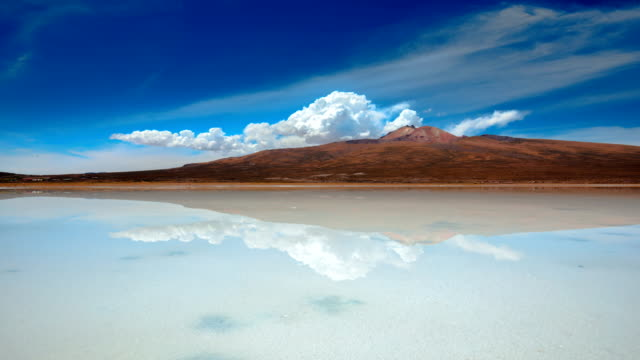 "stockvideo's en b-roll-footage met view of salar de uyuni (the world's largest salt flat in bolivia; also known as ""salt desert"") - bolivia"