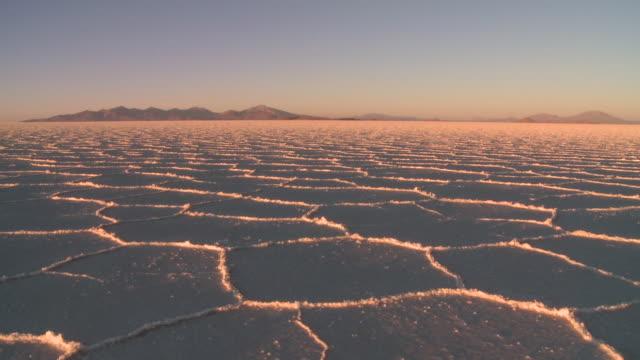 ws t/l view of salt desert at dawn / uyuni , bolivia - ウユニ塩湖点の映像素材/bロール