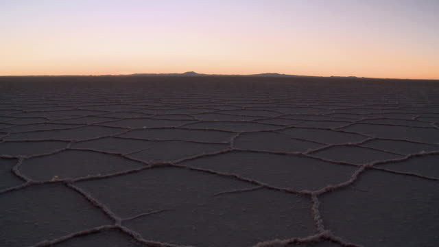 ws t/l view of salt desert at sunrise / uyuni , bolivia - ウユニ塩湖点の映像素材/bロール
