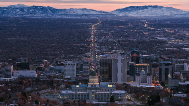 t/l view of salt lake city skyline with utah state capitol in the foreground at dusk / salt lake city, utah, usa - kapitol lokales regierungsgebäude stock-videos und b-roll-filmmaterial
