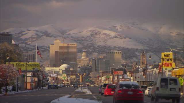 vidéos et rushes de ws view of salt lake city with snowy hills in background  - salt lake city