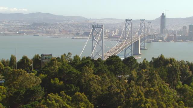 ws zo aerial view of san francisco oakland bay bridge to city / san francisco, california, united states - san francisco bay bildbanksvideor och videomaterial från bakom kulisserna