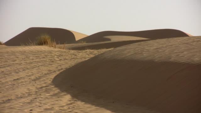 ws zo view of sand dunes at sahara desert / zouerat, tiris zemmour, mauritania - mauritania stock videos & royalty-free footage