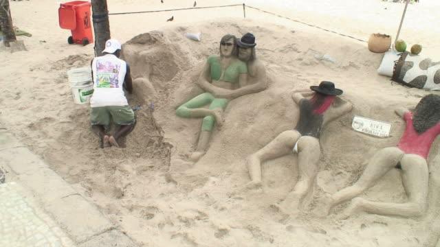vídeos de stock e filmes b-roll de ws view of sand forms of girls on copacabana beach / rio de janeiro, copacabana, brasil - copacabana