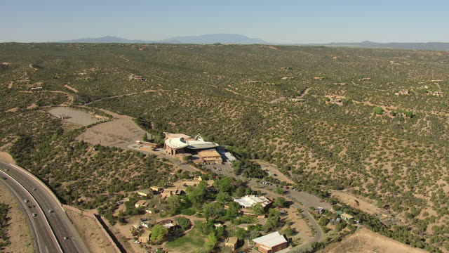 vídeos y material grabado en eventos de stock de ws aerial ds view of santa fe opera house in foothills / santa fe, new mexico, united states - lugar famoso local
