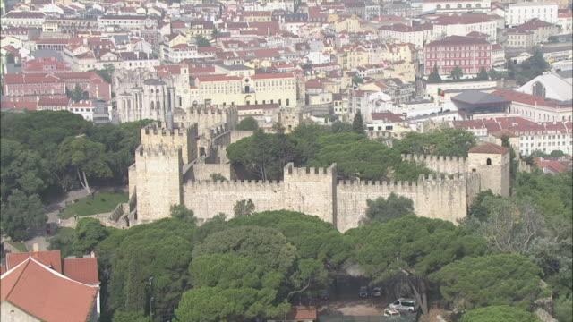 vídeos y material grabado en eventos de stock de ws pov view of sao jorge castle surrounded with houses / lisbon, portugal - castillo estructura de edificio