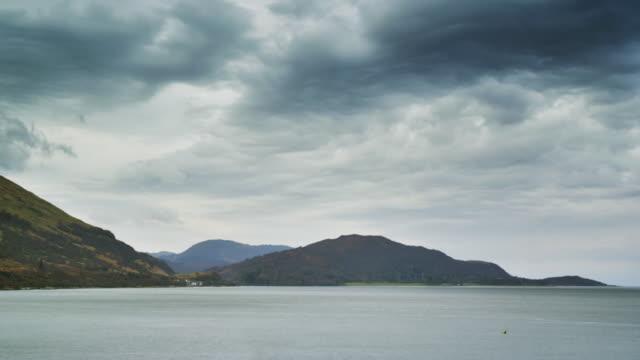 vídeos de stock, filmes e b-roll de ws t/l view of scenery of loch linnhe with clouds / loch linnhe, scotland, united kingdom - loch