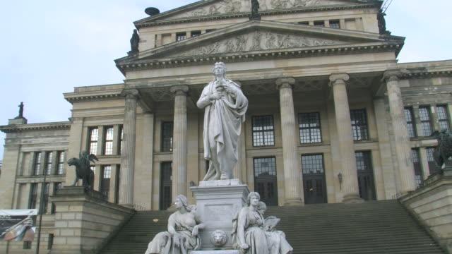 vídeos y material grabado en eventos de stock de ws view of schiller statue and konzerthaus berlin at gendarmenmarkt square / berlin, germany - figura femenina