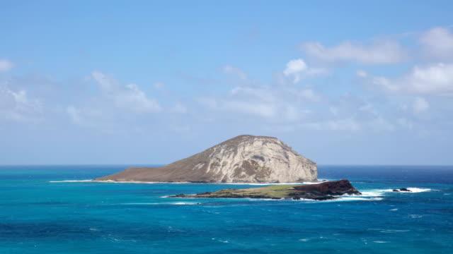view of sea and island in manawatu, oahu, hawaii, usa - 泡立つ波点の映像素材/bロール