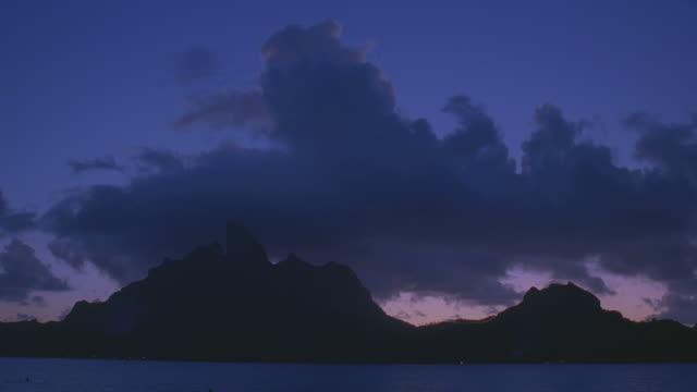 vídeos y material grabado en eventos de stock de ws view of sea at dusk / bora bora, tahiti  - territorios franceses de ultramar