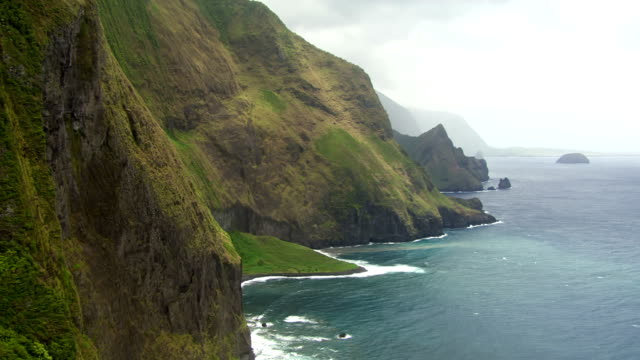 vidéos et rushes de ws aerial view of sea cliffs of molokai / hawaii, united states - îles hawaï