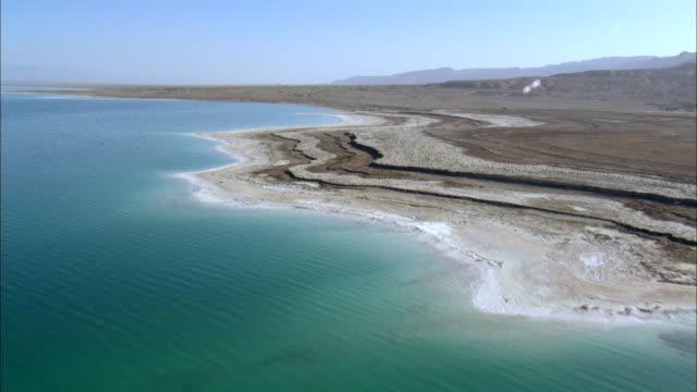 vídeos y material grabado en eventos de stock de ws aerial view of sea shore /  norrn judea desert, israel - oasis desierto