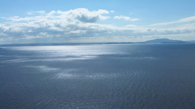 vídeos de stock e filmes b-roll de ws aerial view of sea with light on its surface on west coast / isle or island of mull, argyll and bute, scotland - ilha mull