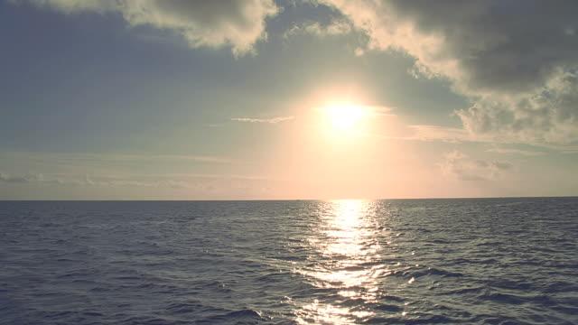 vídeos y material grabado en eventos de stock de ws view of seascape against setting sun / bora bora, tahiti  - territorios franceses de ultramar