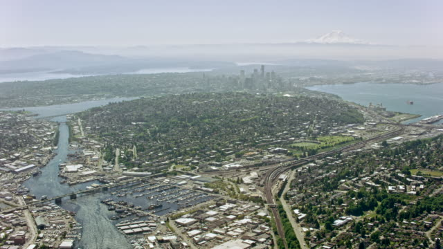 stockvideo's en b-roll-footage met luchtfoto van seattle van de baai van zalm - staat washington