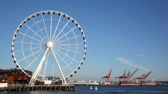 vídeos de stock e filmes b-roll de ws view of seattle great wheel at pier 57 on waterfront / seattle, washington, united states - roda gigante