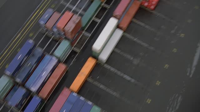 vídeos y material grabado en eventos de stock de ws pov aerial view of seattle shipyard with skyline in background / seattle, washington, usa - estrecho de puget