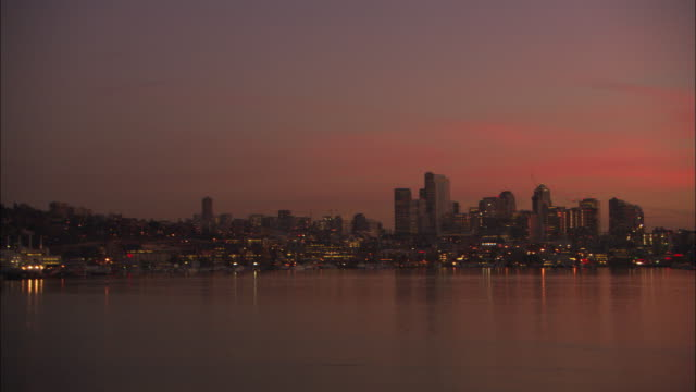vídeos de stock e filmes b-roll de ws pan view of seattle skyline and space needle in background at twilight / seattle, washington, usa - space needle