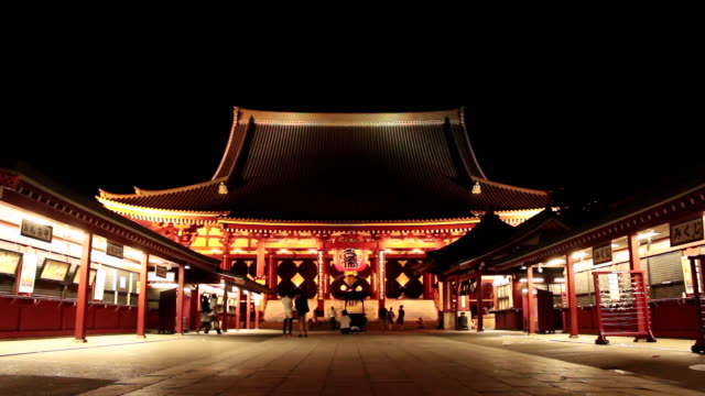 ws view of senso ji temple at night / asakusa, tokyo, japan - 寺院点の映像素材/bロール