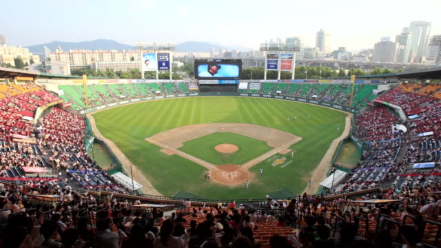stockvideo's en b-roll-footage met ws zo t/l view of seoul jamsil baseball stadium / seoul, south korea - honkbal teamsport