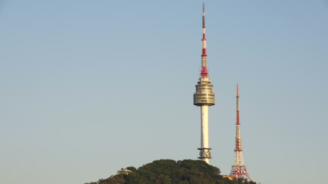 ws t/l view of seoul n tower / seoul, south korea  - zeitraffer tag bis dämmerung stock-videos und b-roll-filmmaterial