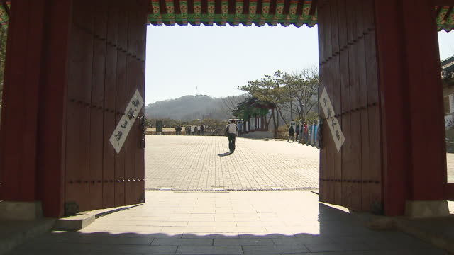 ms view of seoul namsangol hanongmaeul folk village entrance open and close / seoul, south korea - gate stock videos & royalty-free footage