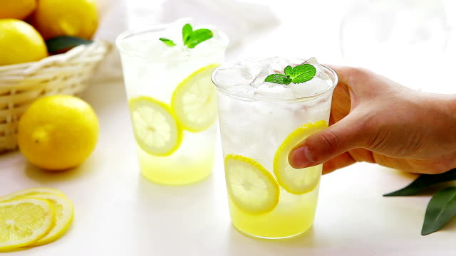 vídeos de stock e filmes b-roll de view of serving a glass of lemonade - refrigerante