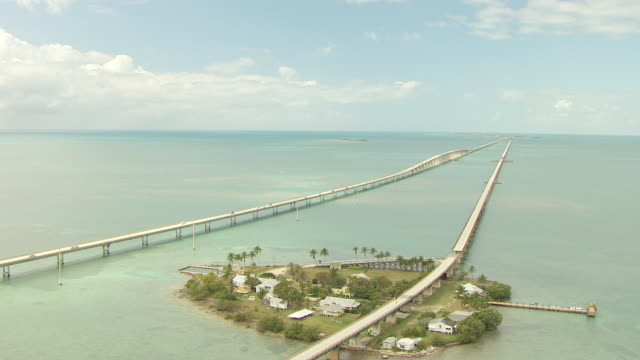 ws aerial view of seven mile bridge and overseas highway with pigeon key / pigeon key, florida, united states - 唯一点の映像素材/bロール