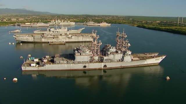 vídeos y material grabado en eventos de stock de ms ds aerial view of several pearl harbor ships near island of oahu / honolulu, hawaii, united states - honolulu