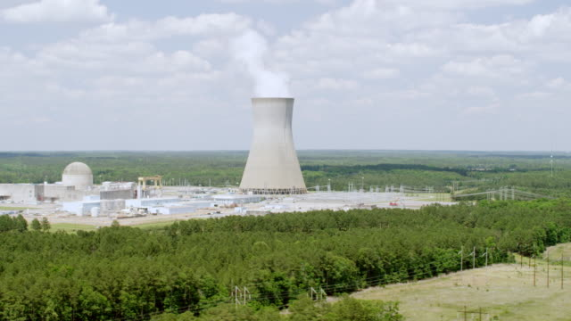 vídeos de stock e filmes b-roll de ws aeria pov view of shearon harris nuclear power plant at countryside / new hill, north carolina, united states - central de energia nuclear