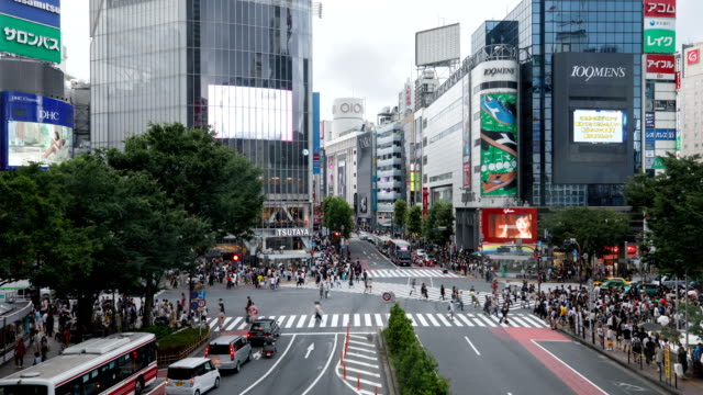 vídeos y material grabado en eventos de stock de view of shibuya pedestrian scramble crossing and city buildings at daytime in tokyo, japan - street name sign