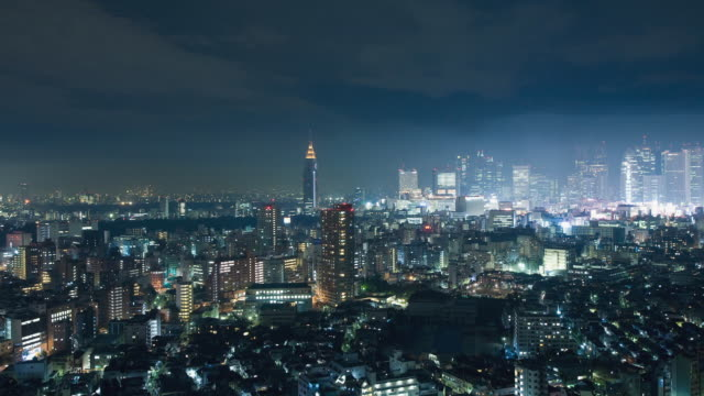 ws t/l pan view of shinjuku business, shopping and entertainment district in tokyo / tokyo, japan - 胸を打つ点の映像素材/bロール