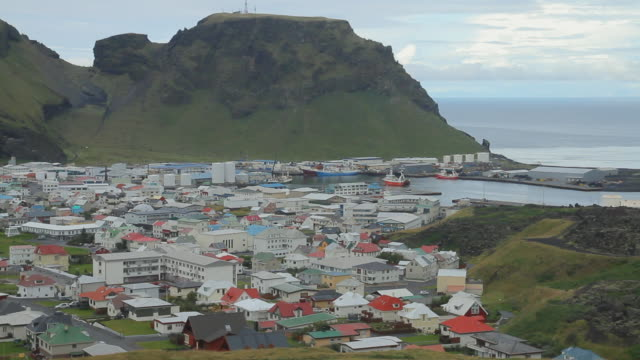 vídeos y material grabado en eventos de stock de ws view of ship arriving in port of vestmannaeyjar island with buildings in valley below / vestmannaeyjar, sudhurland, iceland - wiese