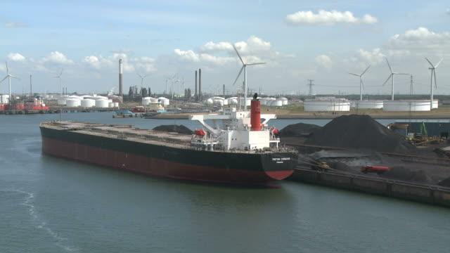 vídeos y material grabado en eventos de stock de ws view of ship at harbour / rotterdam, southholland, netherlands - rotterdam