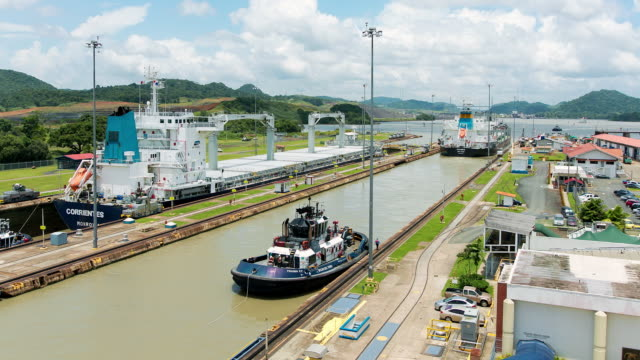 ws t/l view of ships crossing from pacific to atlantic ocean through miraflores locks / panama - panamakanal stock-videos und b-roll-filmmaterial