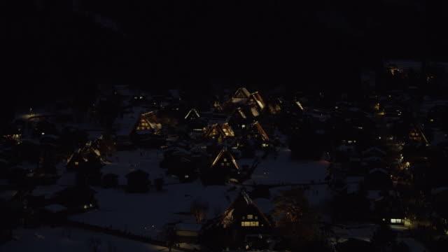 vídeos de stock, filmes e b-roll de view of shirakawa at night, high angle - localidade pequena