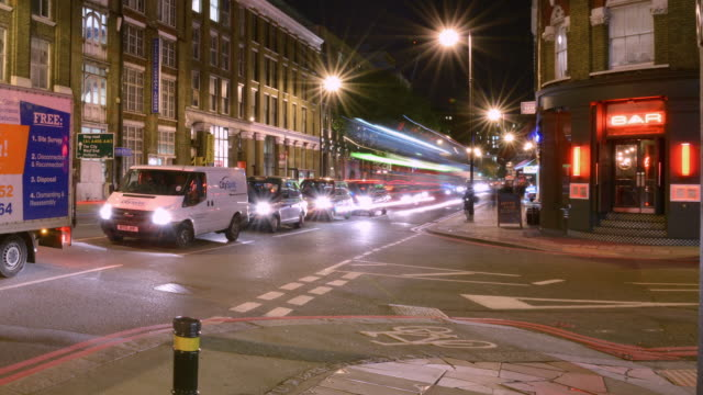 vidéos et rushes de ms pan t/l view of shoreditch night time heavy traffic at junction / london, greater london, united kingdom - wagon