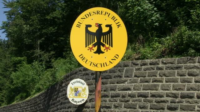 vidéos et rushes de ms view of sign board at street corner  / kornau, barvaria, germany - lettre majuscule