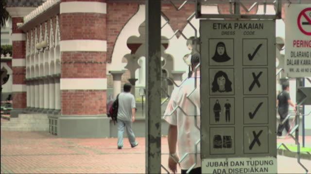 vídeos y material grabado en eventos de stock de td ms view of signs with mosque in background / malaysia - escritura occidental