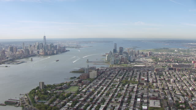 vídeos de stock, filmes e b-roll de ws aerial td view of sky to city and hudson river with manhattan in in distance / jersey city, new jersey, united states - inclinação para baixo