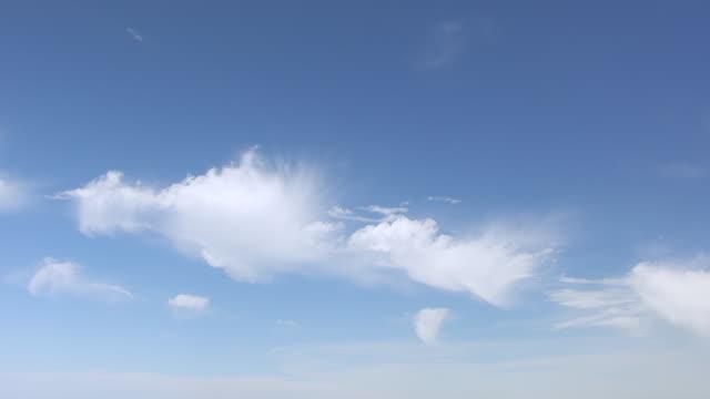 vídeos y material grabado en eventos de stock de ws td aerial pov view of sky with rural landscape / iowa county, iowa, united states - inclinado hacia abajo