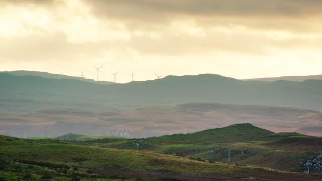 vídeos de stock e filmes b-roll de ws view of skye island wind turbines with clouds / skye island, scotland, united kingdom - hébridas