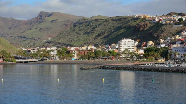 vídeos de stock, filmes e b-roll de vista do horizonte e o porto de san sebastián de la gomera / ilhas canárias - espanha - estación edificio de transporte